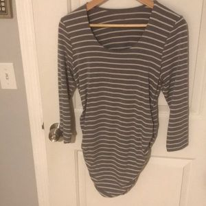 A Pea In the Pod side ruched 3/4 length shirt